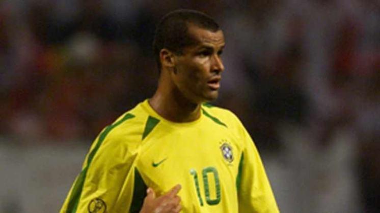Da lista de pentacampeões mundiais também entra em cena um dos artilheiros históricos da Seleção Brasileira. Trata-se de RIVALDO, que marcou 35 gols em 75 jogos com a amarelinha.