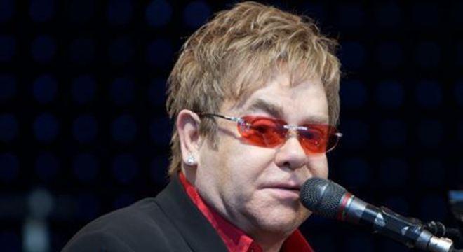 Dados de autoridades e pessoas famosas, como o cantor Elton John, foram publicados na internet por acidente