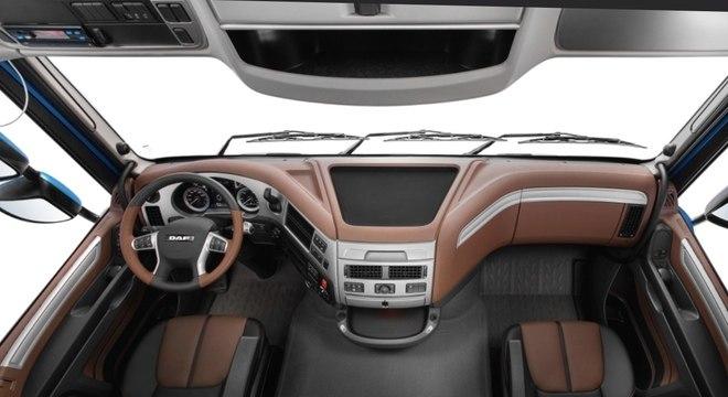Cabine mais ergonômica, itens como ar condicionado e comandos simplificados no modelo XF