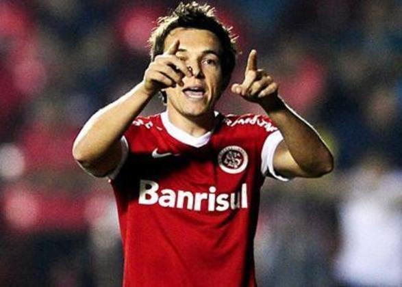 Dagoberto iniciou a carreira profissional no Athletico-PR, clube pelo qual conquistou o Brasileiro de 2001 e o Paranaense de 2005. No São Paulo, venceu os Brasileiros de 2007 e 2008, tendo marcado seu nome na história do clube. No Internacional, onde ficou em 2012, não conseguiu deslanchar e atuou em apenas 39 partidas, com dez gols na conta.