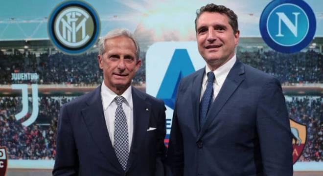 Dal Pino e De Siervo, diante de um painel com os logos dos clubes da Série A
