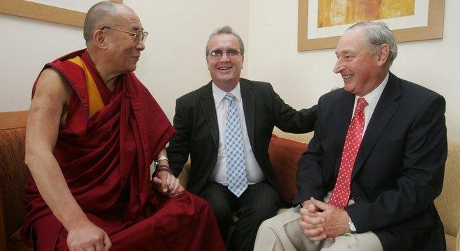 O Dalai Lama é patrono da instituição Children in Crossfire, fundada por Richard