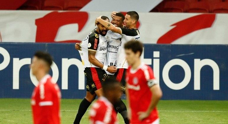 Jogadores do Inter lamentam, enquanto Dalberto comemora gol do Sport