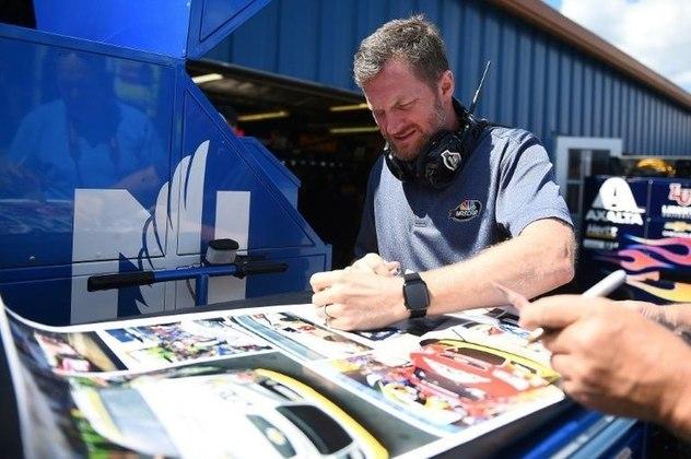 Dale Earnhardt Jr - Automobilista estadunidense, seguiu a carreira do pai, o lendário  Dale Earnhardt, piloto sete vezes campeão da NASCAR Cup Series