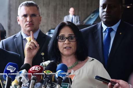 """""""É uma demanda da família"""", diz Damares Alves"""
