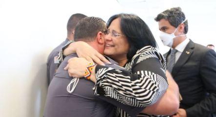 Na imagem, Damares Alves abraça policial militar