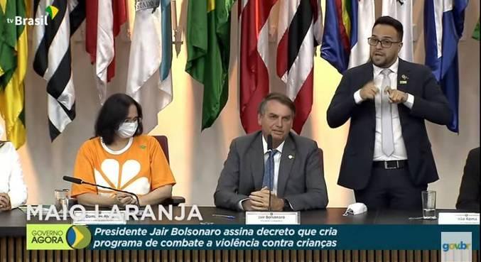 A ministra Damares Alves e o presidente Jair Bolsonaro, durante evento em Brasília