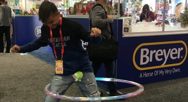 Damian Camarillo testa a última versão do brinquedo hula hoop