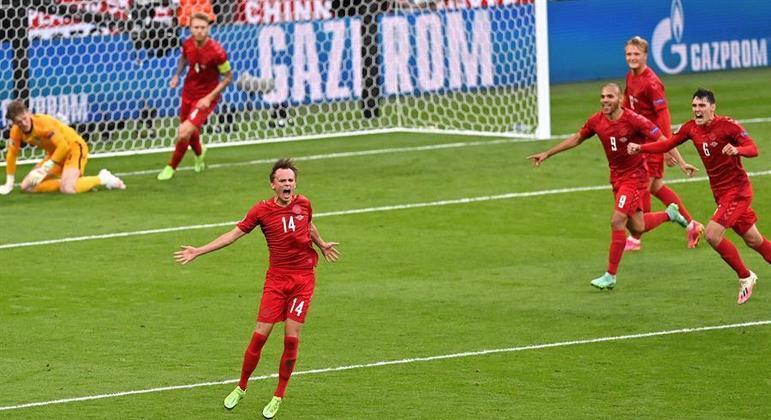Damsgaard comemora cobrança e fim de invencibilidade de Pickford. Dinamarca na frente