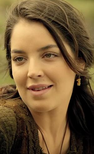Dana (Nicole Rosemberg): Esposa de Jafé e nora de Noé.