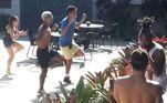 Em vários momentos durante a temporada, Fábio ensinou passos de dança para seus colegas. Teve aula na cozinha, na sala, aula particular, aula para muitos... como no dia em que os casais aproveitavam o Sol na área externa da Mansão e o namorado de Dany decidiu ensinar novos passinhos. Foi uma festa! É só assistir e repetir em casa!Sob o comando de Adriane Galisteu, oPower Couple Brasil 5vai ao ar de segunda a sexta, a partir das 22h30; e aos sábados, às 23h00, na tela daRecord TV.Acesse oPlayPluse fique por dentro de tudo o que rola no reality de casais!