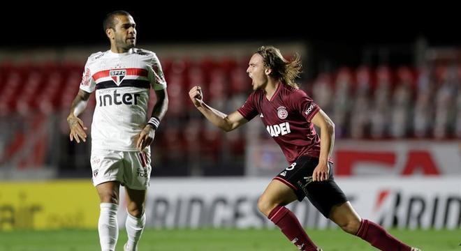 Dani Alves lamenta gol do Lanús no Morumbi
