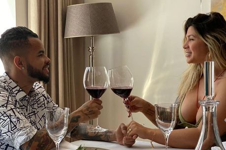 Casal celebrou a data com uma taça de vinho