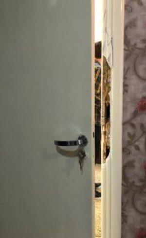 A porta do quarto arrombada
