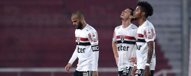 Daniel Alves, Hernanes e Tchê Tchê. A imagem da derrota em Avellaneda
