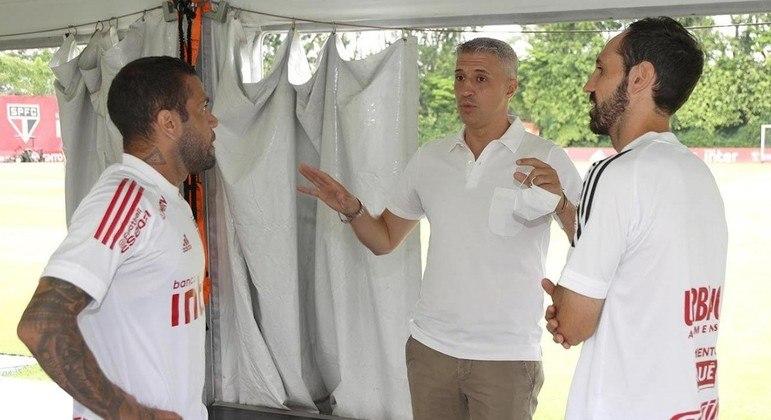 Hernán Crespo foi claro. Dispensou Juanfran. E Daniel Alves voltou à lateral