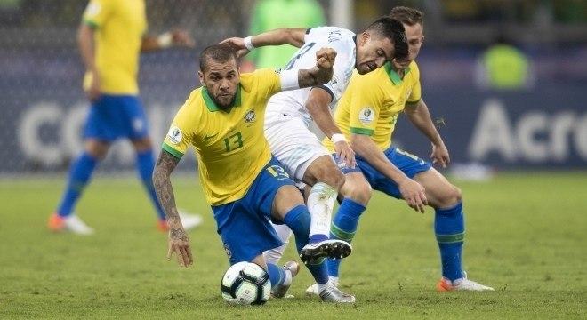 Daniel Alves foi um dos melhores em campo contra Argentina