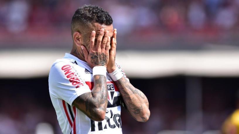 Daniel Alves. Enorme decepção em um ano de São Paulo. E alvo de protesto da torcida