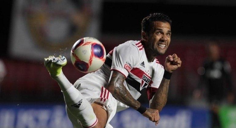 Daniel Alves fez péssima partida. Sem conseguir encontrar espaço em campo