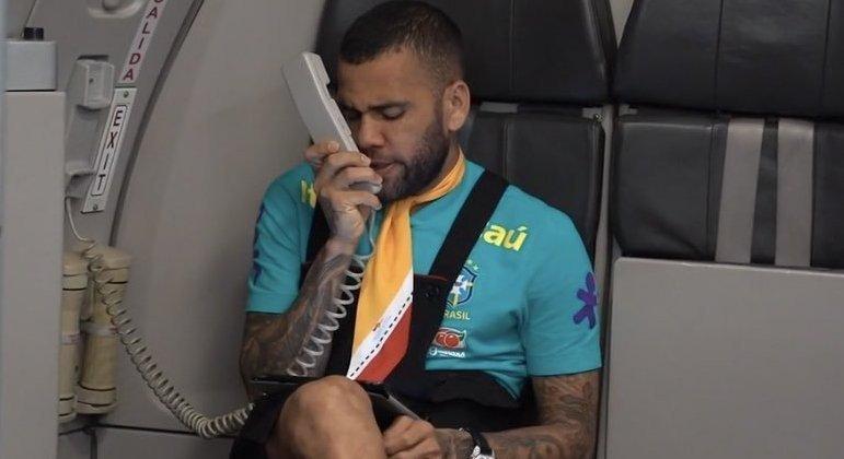 Daniel Alves brincando no voo que levou o Brasil a Tóquio. Líder da Seleção de Jardine