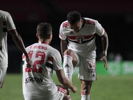 Daniel Alves jogando na lateral direita tem volta garantida à Seleção Brasileira