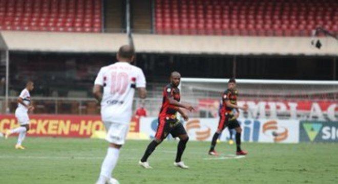 A obrigação de a bola passar pelos pés de Daniel Alves dava lentidão ao São Paulo