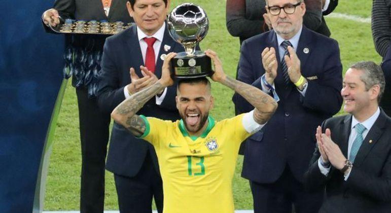 A Copa América seria um grande teste para Daniel Alves, com 38 anos. Contusão sabotou convocação