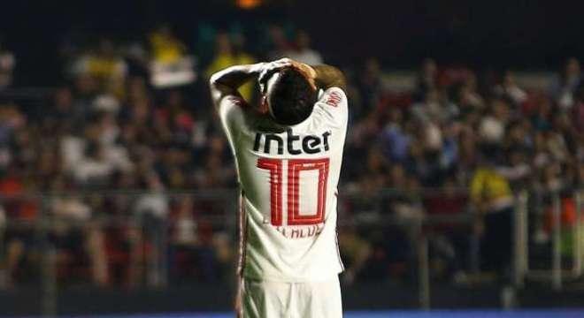 Depois de ser anulado diante do humilde CSA, Daniel Alves quer jogar na meia