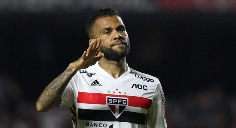 Daniel Alves outra vez mal, perdido em campo. Mas intocável. Não sai do time de jeito algum