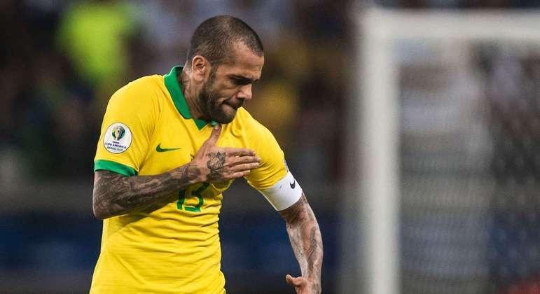 Daniel Alves, 38 anos, foi a surpresa de Jardine. Será capitão, líder do Brasil