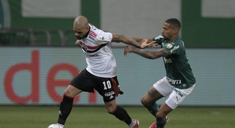 Daniel Alves tem R$ 12 milhões para receber do São Paulo. Está insatisfeito com o clube