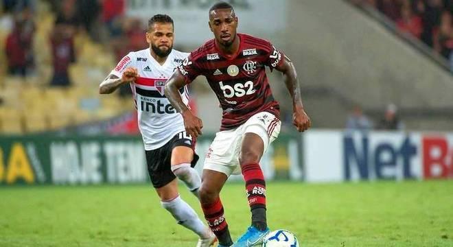 Daniel Alves se impôs no duelo com Gerson. Abriu o caminho da vitória do São Paulo