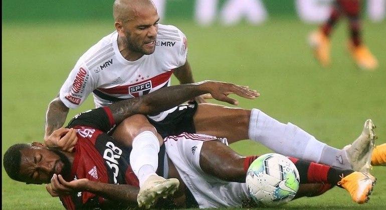 Daniel Alves quer se impor diante dos garotos do Palmeiras. Com fez com Gerson