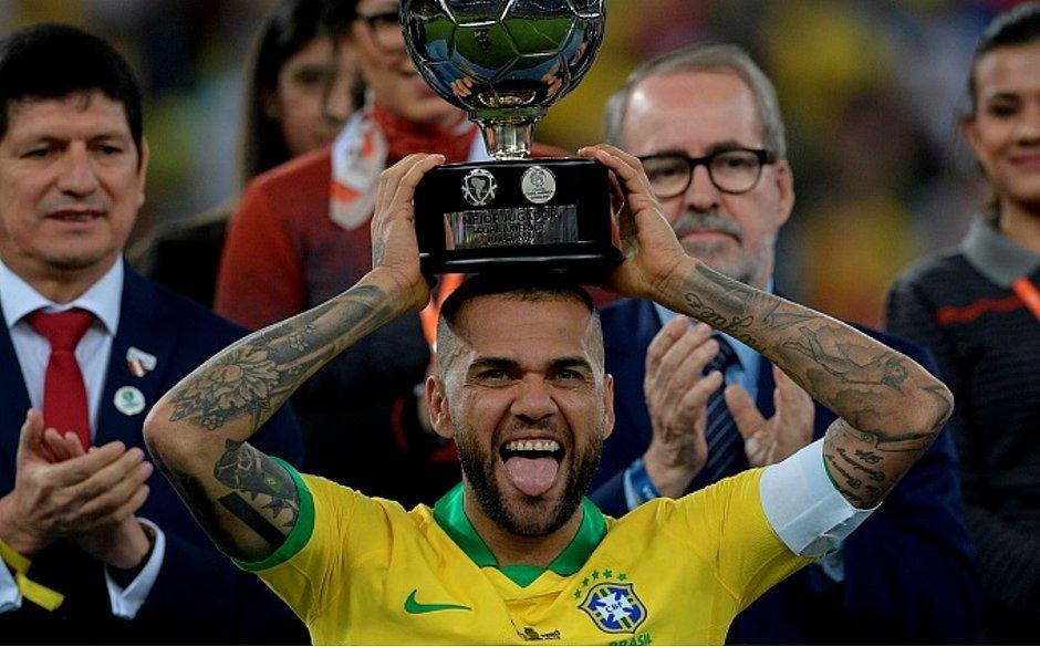 Daniel Alves fez a festa contra adversários fracos, na Copa América. Decadência, assustadora