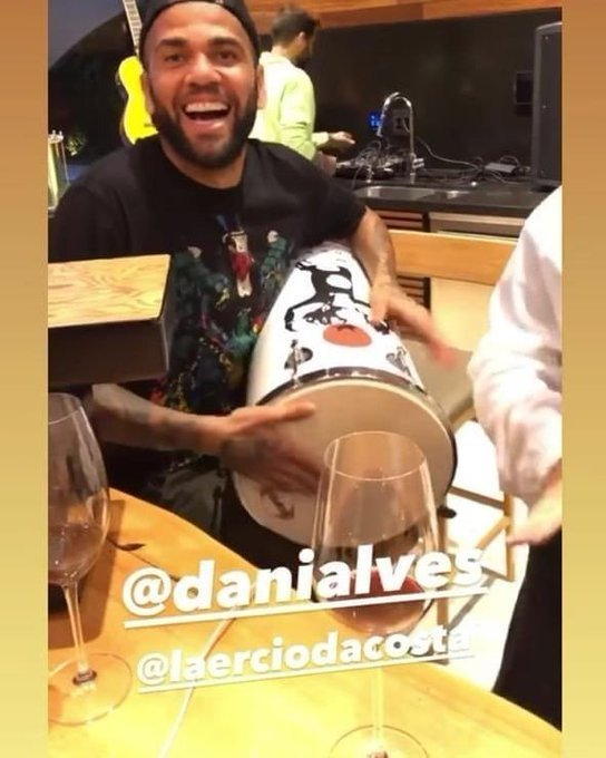 Daniel Alves não viajou para o Equador. Mas aparece tocando tantan com o braço direito