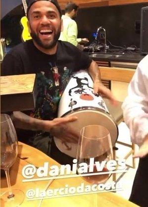 Sem jogar, após fratura no antebraço, Daniel Alves batuca com amigos