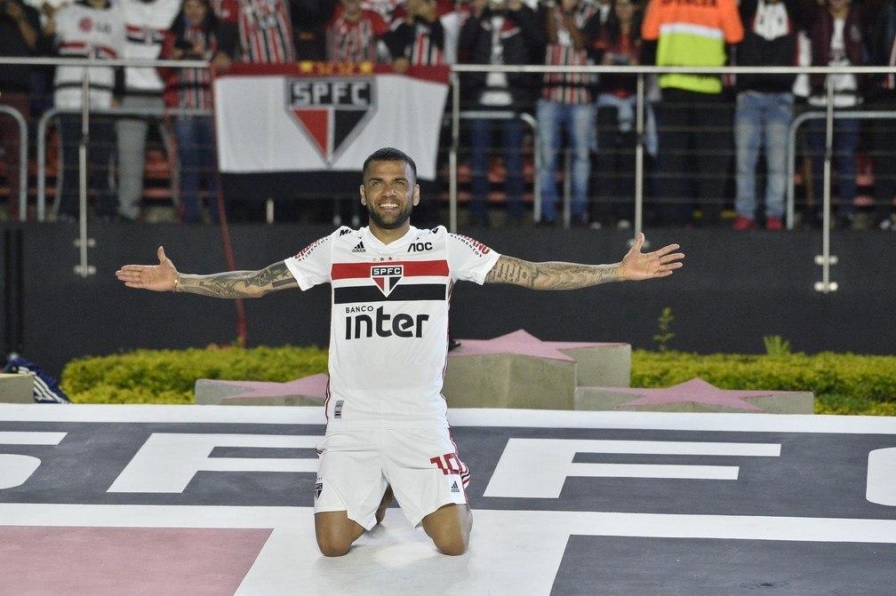 Daniel Alves havia prometido que faria o São Paulo outra vez campeão. Cumpriu