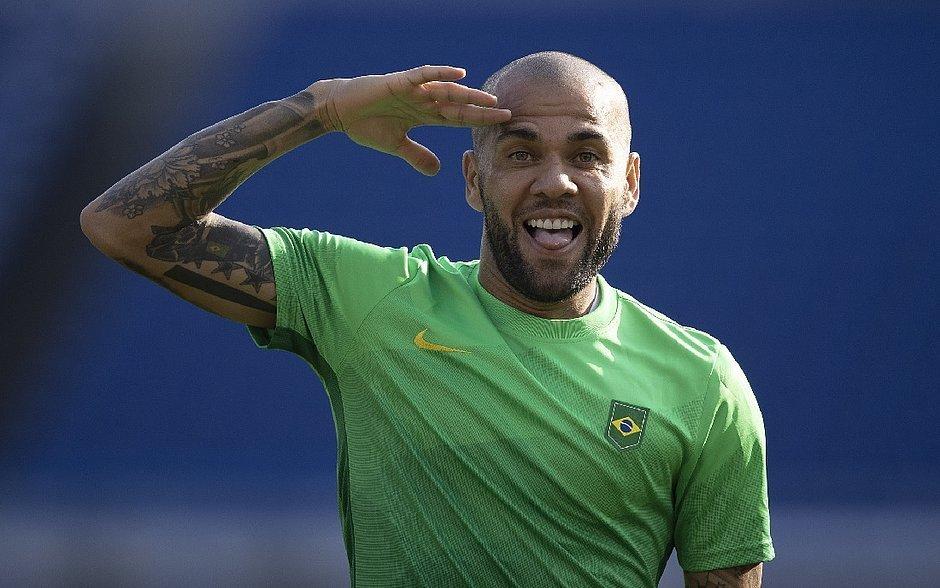 Daniel Alves não pode ficar parado até 2022. Precisa jogar para se garantir na Seleção