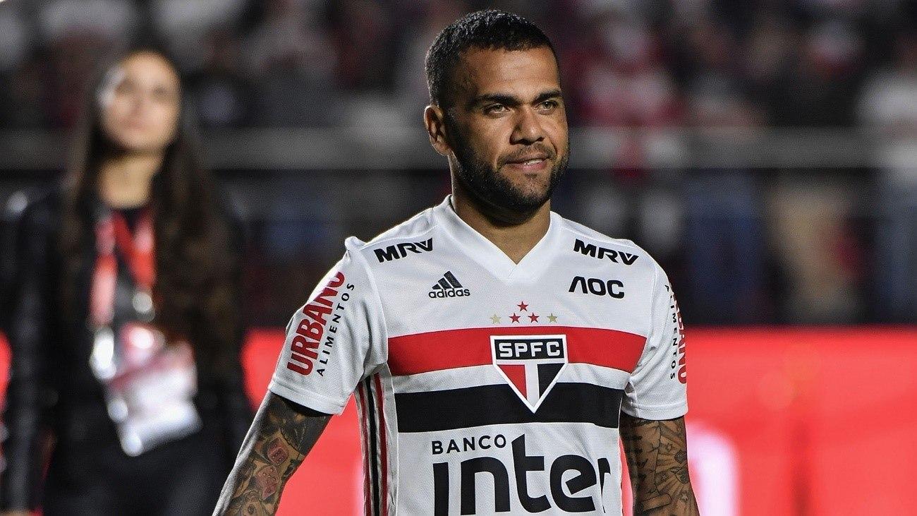 A rejeição de Daniel Alves à lateral no São Paulo virou  ponto fraco para a Copa