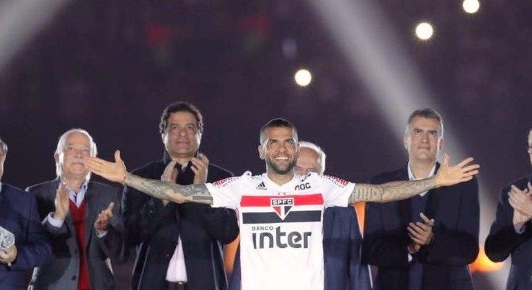 Daniel Alves. Contrato de R$ 61,5 milhões com o São Paulo. Ninguém ganhou tanto no Morumbi
