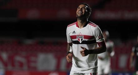 Daniel Alves vai atuar pelo lado direito