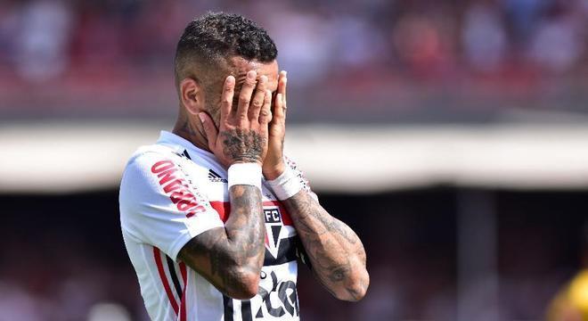 Daniel Alves teve tudo no São Paulo. Muito dinheiro, camisa dez, faixa de capitão