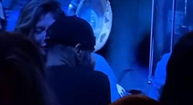 Torcida organizada publicou vídeos e fotos. Daniel Alves é acusado de estar na balada