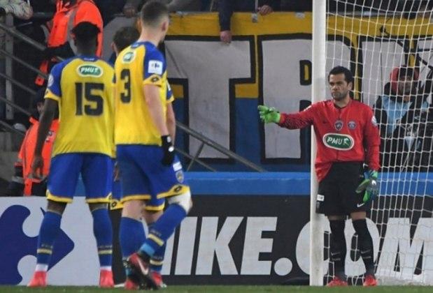Daniel Alves assumiu o gol do PSG depois que o alemão Kevin Trapp foi expulso por uma trombada no adversário, na partida contra o Sochaux, pelas oitvavas de final da Copa da França de 2018. Apesar de não ter precisado fazer nenhuma defesa, o PSG saiu com a vitória de 4 a 1 e se classificou para as quartas de final da competição.