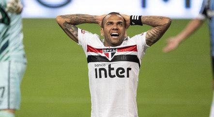Daniel Alves lamenta gol perdido