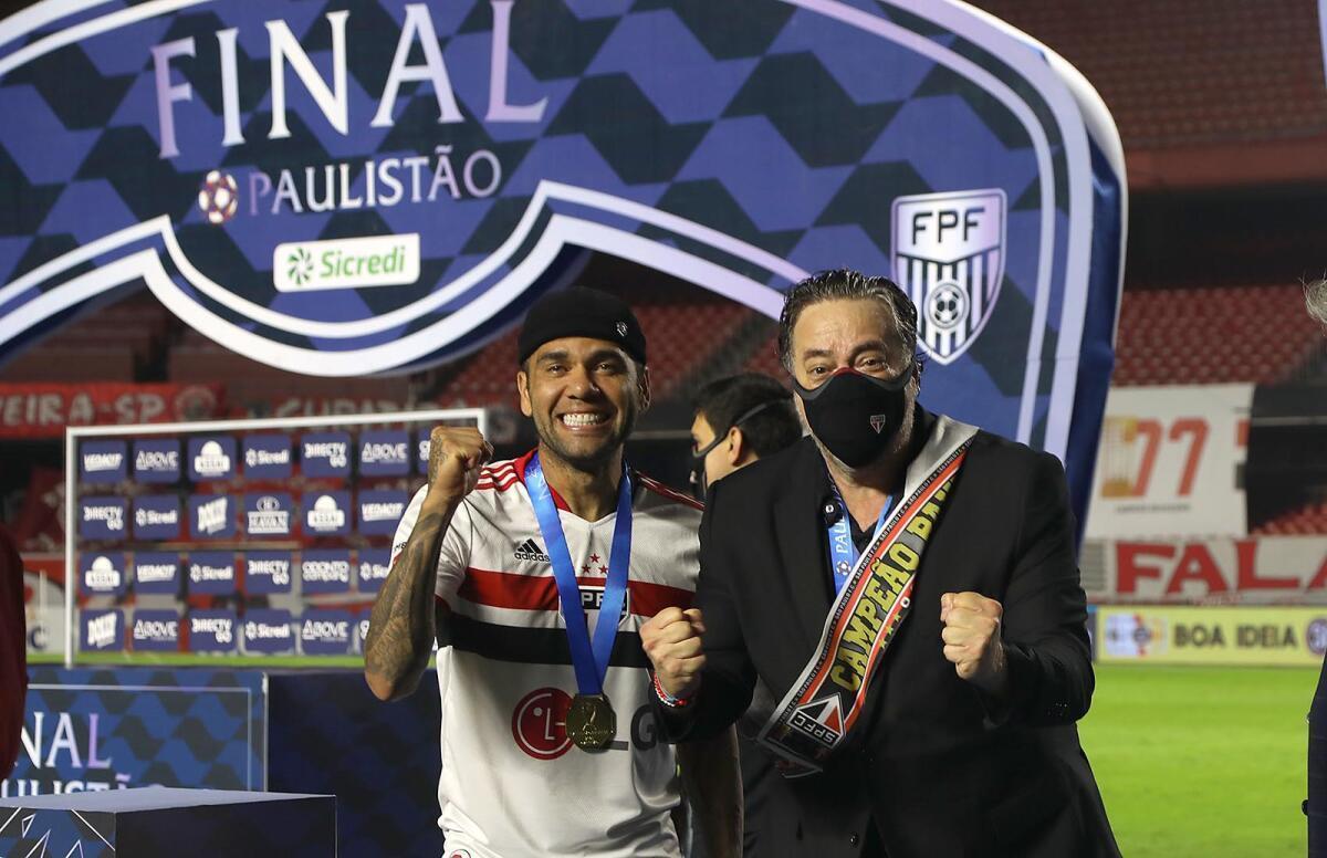 Daniel Alves teve a autorização do presidente Casares para a Olimpíada. Crespo só foi avisado