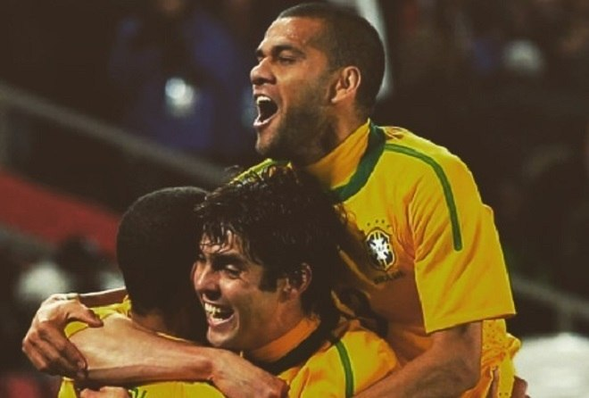 Já Dani Alves teve sua estreia pela seleção brasileira em outubro de 2006. Seus primeiros torneios de peso foram a Copa América de 2007 e a Copa do Mundo de 2010. Pela competição continental, na final diante da Argentina de Messi, marcou um dos gols da vitória por 3 a 0, que valeu mais um título ao Brasil