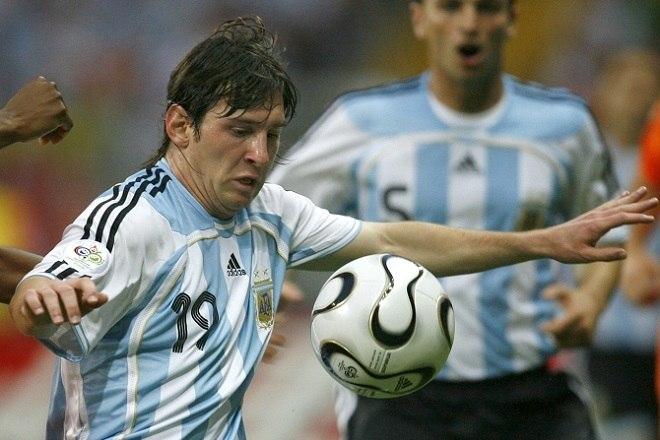 Meses depois, na Copa do Mundo de 2006, disputou sua primeira grande competição com a Albiceleste. Eliminado diante da Alemanha nas quartas, ele marcou um gol contra Sérvia e Montenegro, na fase de grupos