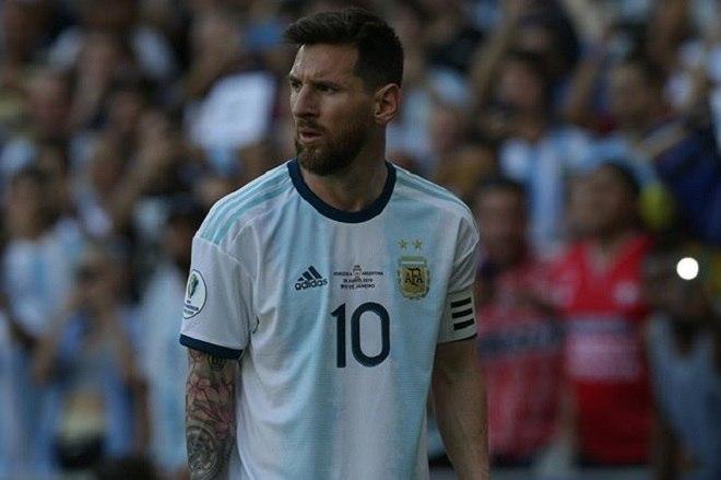 O camisa 10 retornou à seleção argentina para a disputa da Copa América e não abdicou da braçadeira. Cada vez mais líder, ele teve a função reconhecida por Lionel Scaloni, que durante a competição destacou a importância de Messi dentro do vestiário