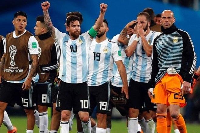 Messi se tornou definitivamente o capitão da Argentina em 2018, após Mascherano, o então líder do grupo, anunciar a saída da seleção. Desde então, ainda que de maneira discreta, o camisa 10 evoluiu neste aspecto e se mostra mais participativo na relação com o elenco e comissão técnica